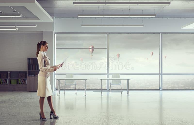 Donna di affari nell'interno moderno dell'ufficio Media misti fotografie stock