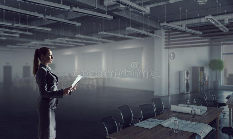 Donna di affari nell'interno moderno dell'ufficio Media misti fotografie stock libere da diritti