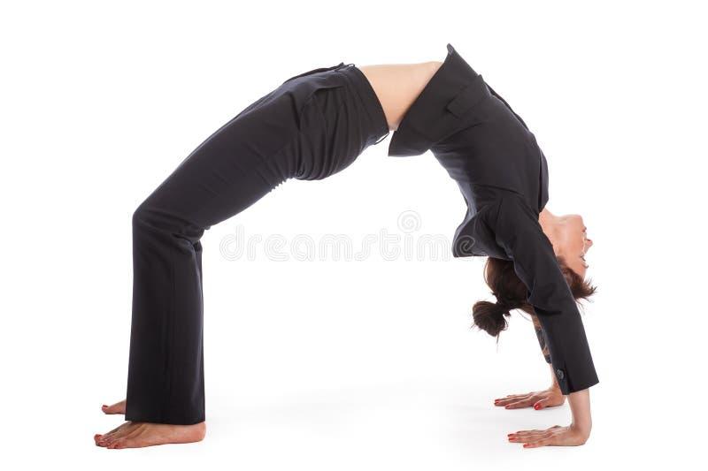 Donna di affari nella posa di yoga immagine stock