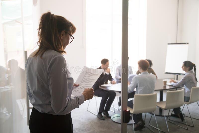 Donna di affari nervosa sollecitata che prepara timore parlare pubblico di sensibilità di discorso fotografia stock