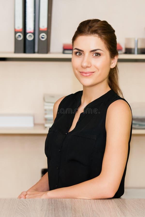 Donna di affari At Office Desk immagine stock libera da diritti