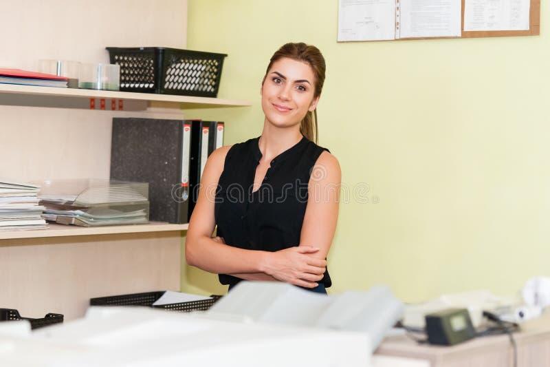 Donna di affari At Office Desk immagini stock libere da diritti