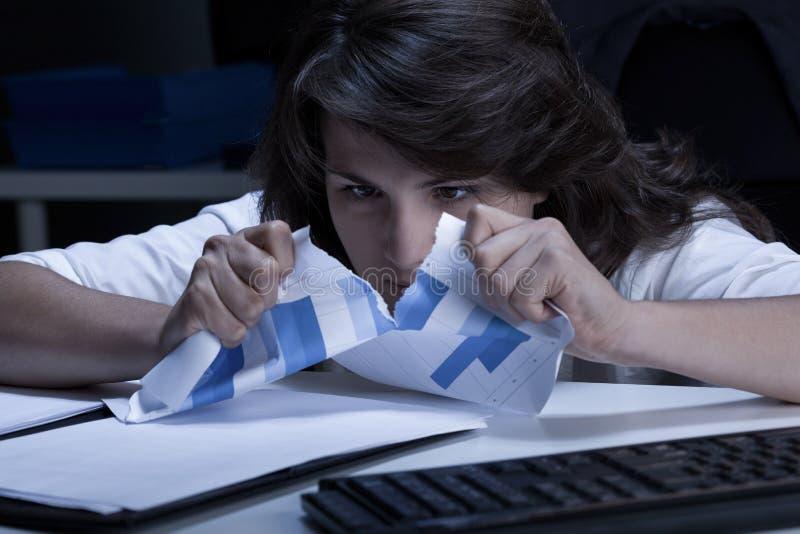 Donna di affari pazza nell'ufficio immagini stock