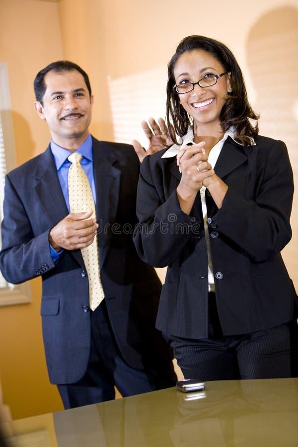 donna di affari posteriore dell'afroamericano che ottiene picchiettio fotografia stock libera da diritti