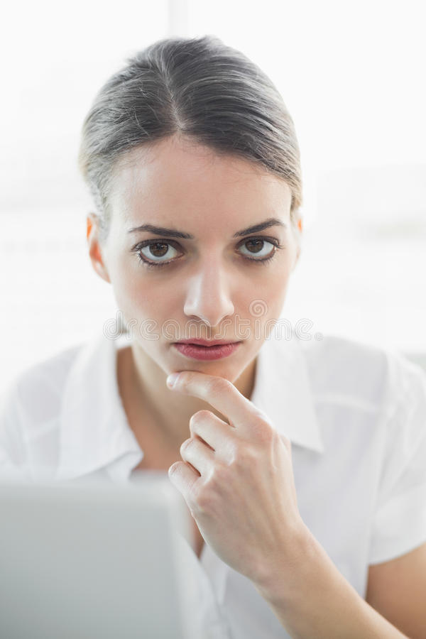 Donna di affari premurosa calma che esamina macchina fotografica fotografie stock