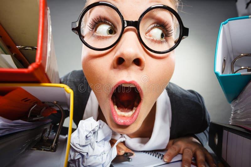 Donna di affari premurosa pazza del ragioniere immagini stock libere da diritti