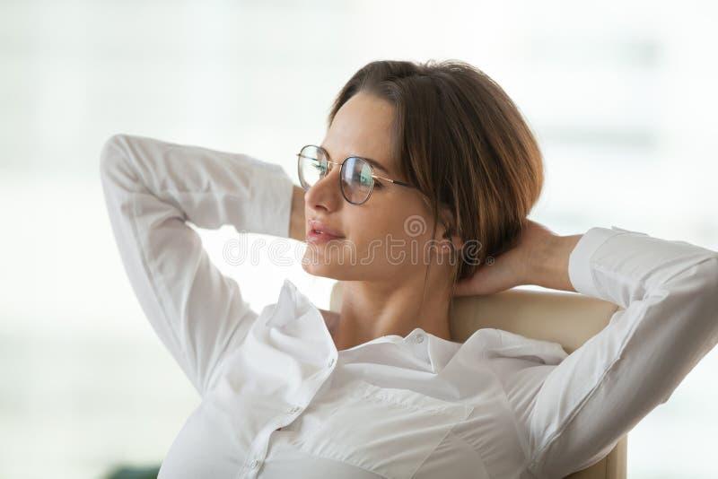 Donna di affari rilassata vaga che prende rottura per riposare non ritenendo streptococco immagine stock