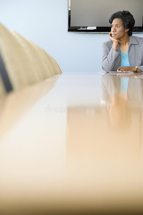Donna di affari in sala del consiglio fotografia stock