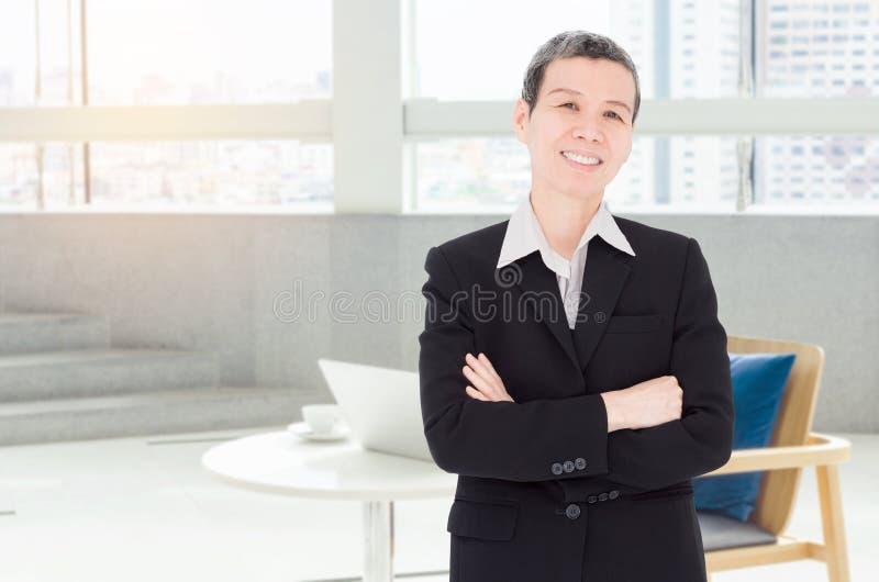 Donna di affari senior che lavora all'ufficio immagini stock