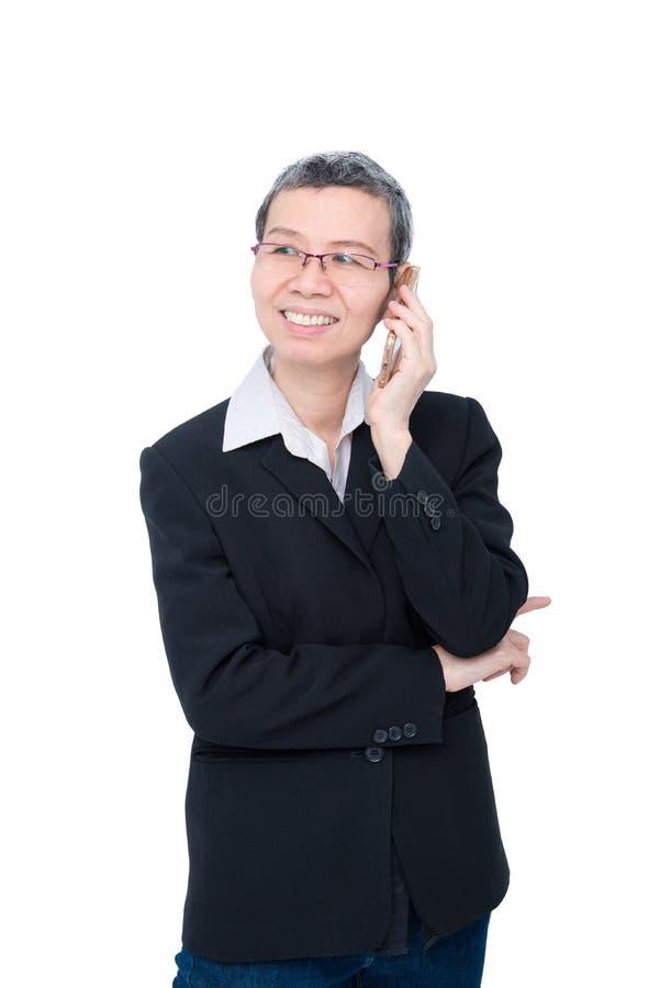 Donna di affari senior che parla dal cellulare immagine stock