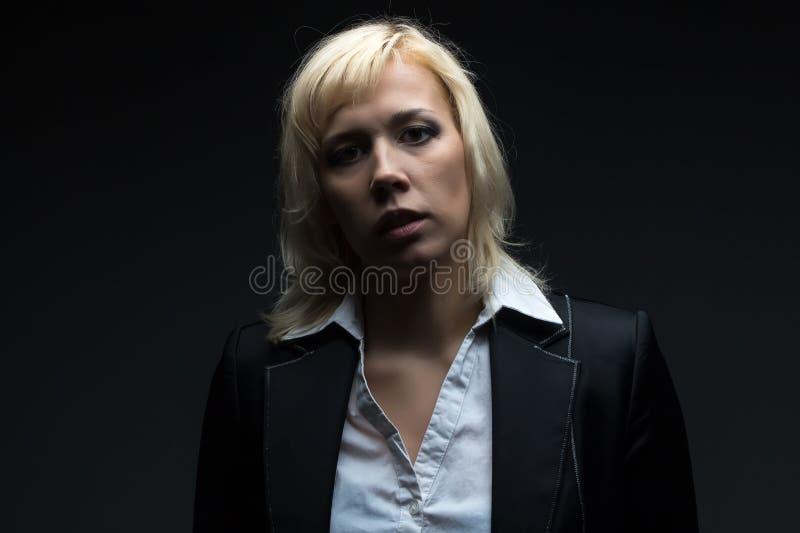 Donna di affari seria che esamina macchina fotografica fotografie stock
