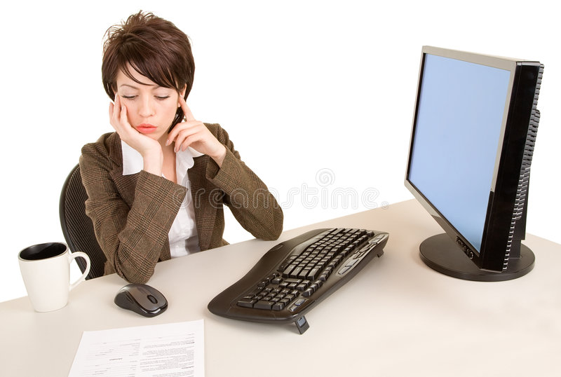 Donna di affari seria che lavora al suo scrittorio fotografie stock libere da diritti