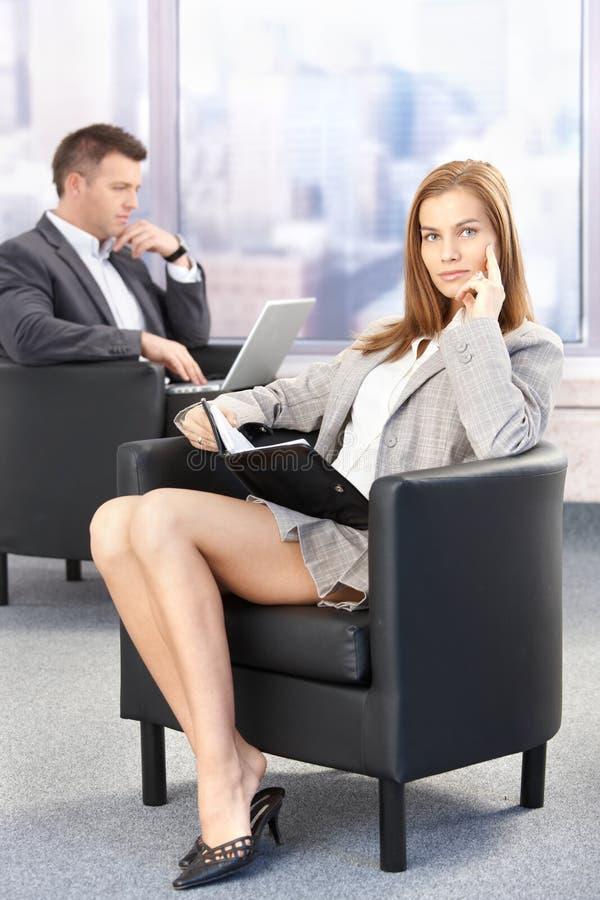 Donna di affari sexy durante la pausa di congresso fotografia stock