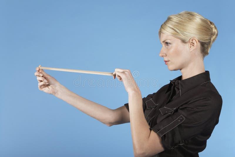 Donna di affari Shooting Rubber Band fotografia stock