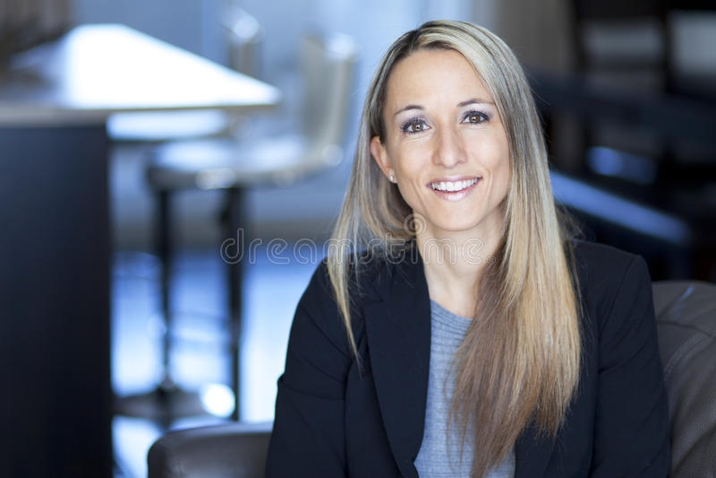 Donna di affari sicura bionda Smiling fotografie stock libere da diritti