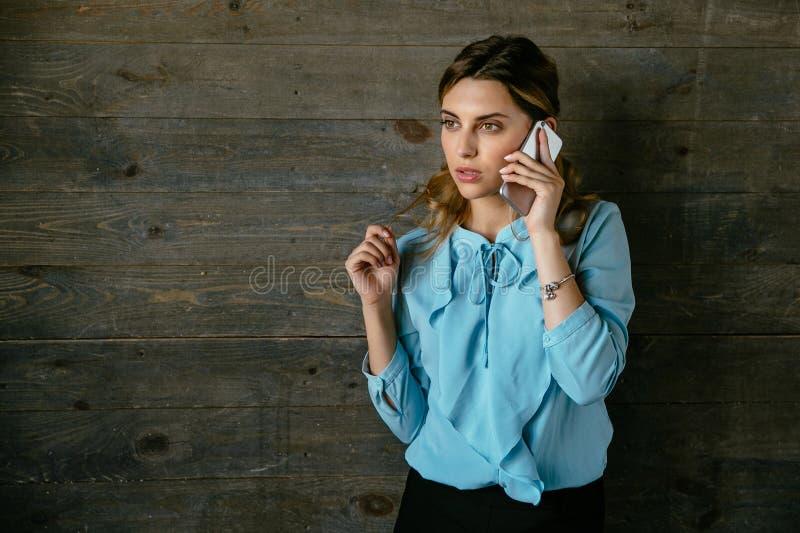 Donna di affari sicura che parla sul telefono cellulare immagine stock libera da diritti