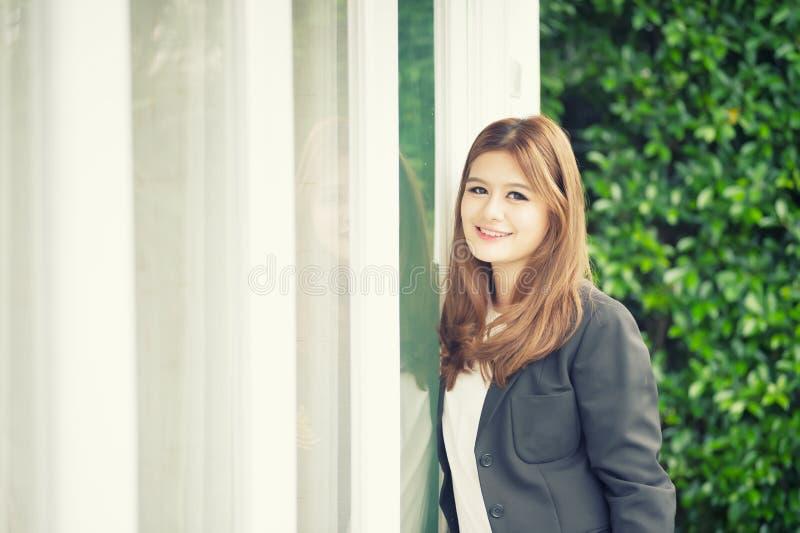 Donna di affari sicura dell'Asia giovane nel sorridere del vestito immagini stock