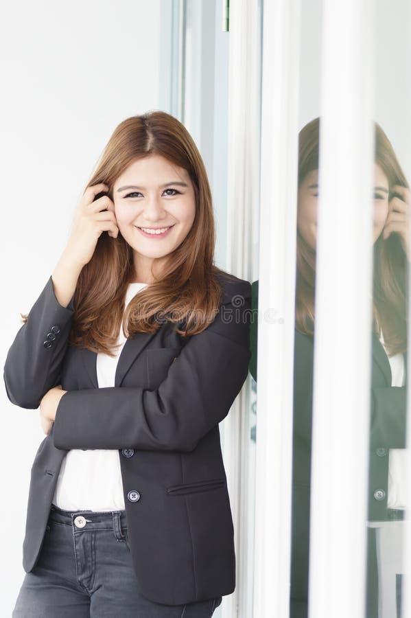 Donna di affari sicura dell'Asia giovane nel sorridere del vestito fotografia stock libera da diritti