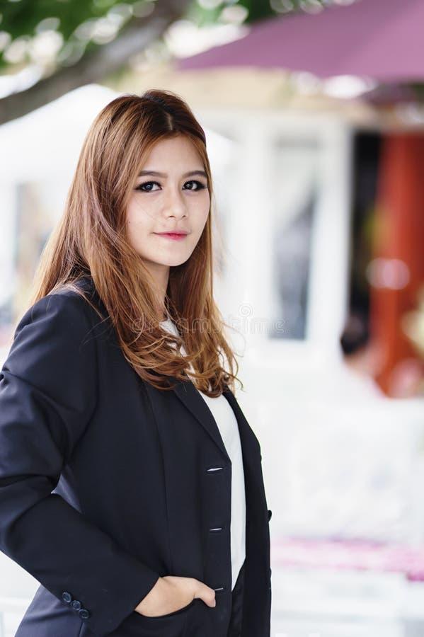 Donna di affari sicura dell'Asia giovane in vestito fotografie stock