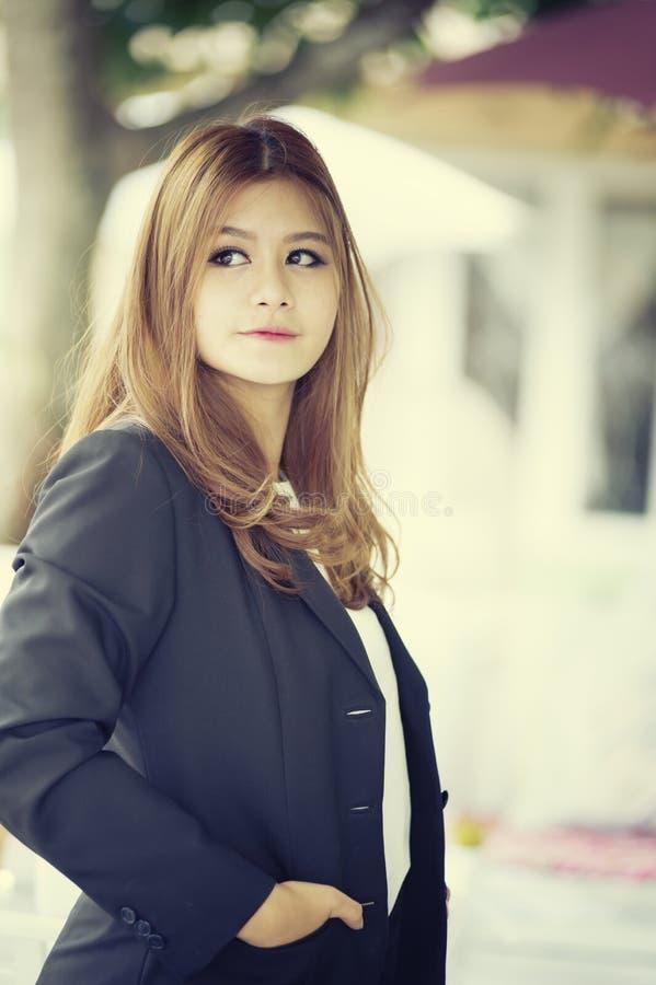 Donna di affari sicura dell'Asia giovane in vestito immagine stock libera da diritti