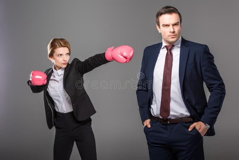 donna di affari sicura in guantoni da pugile ed uomo d'affari bello immagine stock libera da diritti