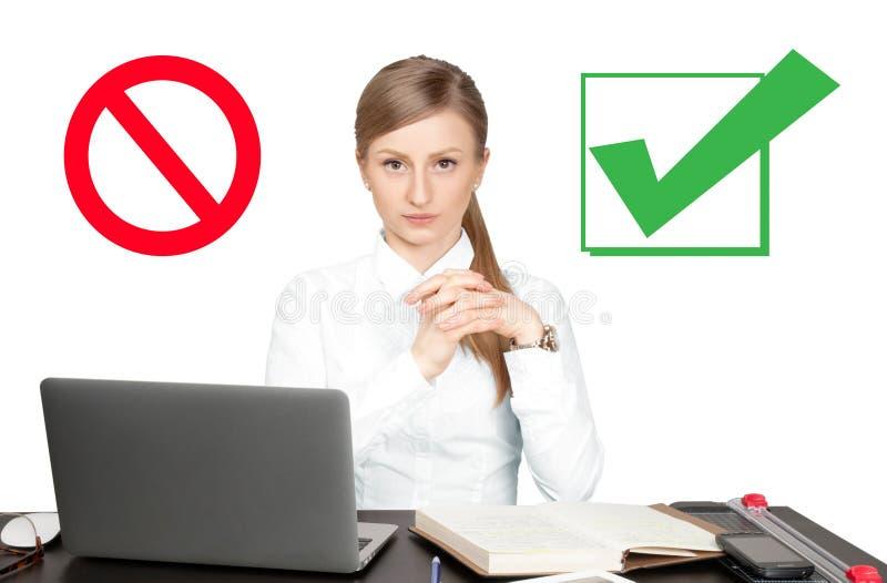 Donna di affari - 2 Simbolo di rifiuto e di accettazione Segno di spunta fotografie stock
