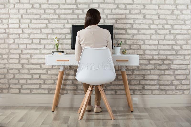 Donna di affari Sitting In Front Of Computer fotografia stock