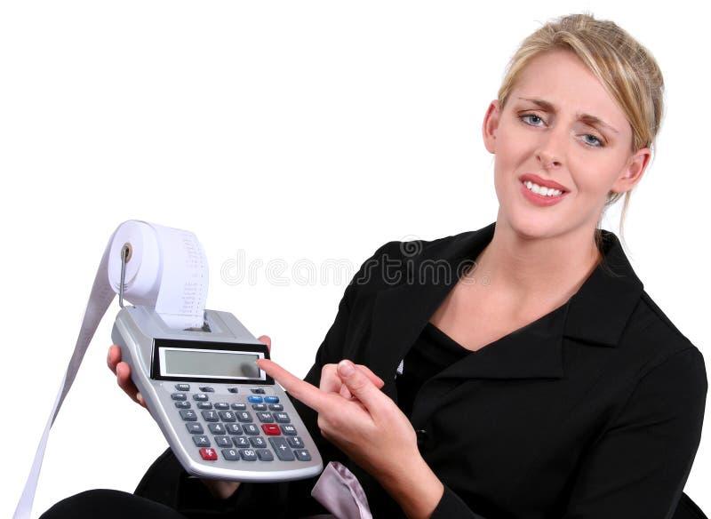 Donna di affari sollecitata o sconcertante sopra i calcoli fotografia stock