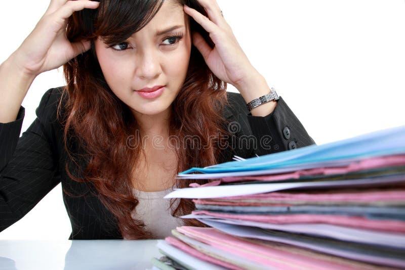 Donna di affari sollecitata sul lavoro. fotografie stock