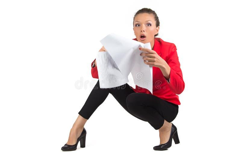 Donna di affari sorpresa con gli strati fotografia stock