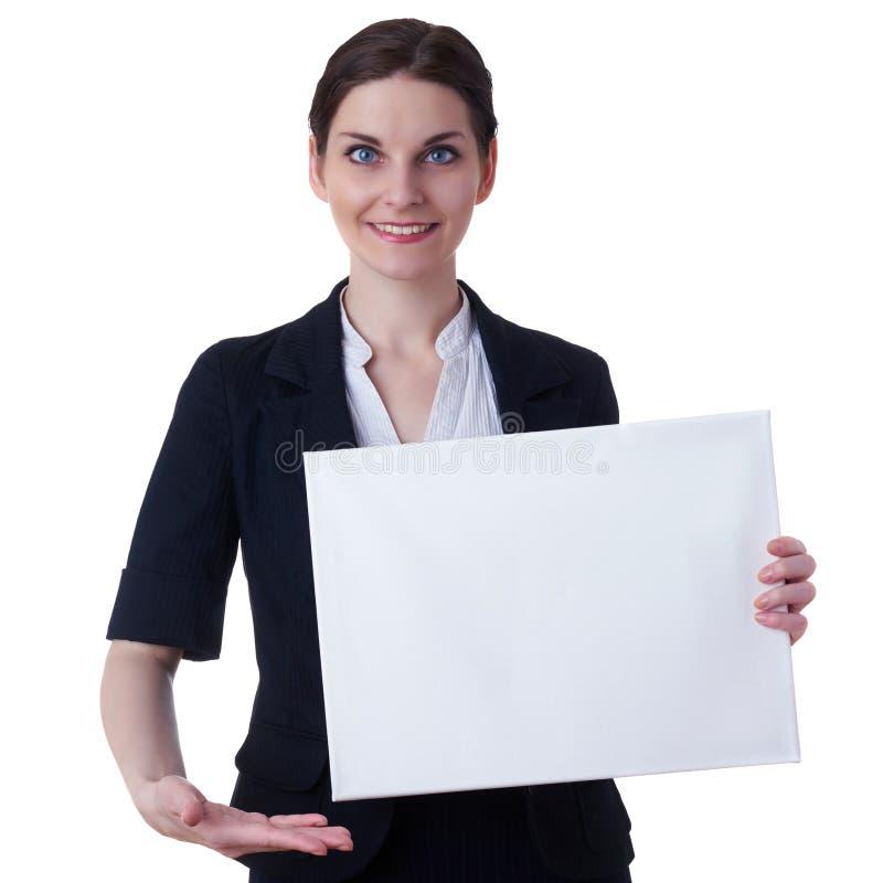 Donna di affari sorridente che controlla fondo isolato bianco immagine stock