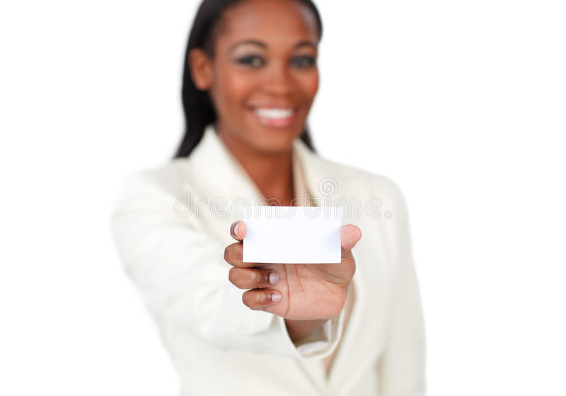 Donna di affari sorridente che tiene una scheda bianca fotografia stock