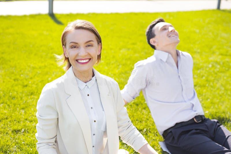 Donna di affari sorridente con breve taglio di capelli che sorride largamente fotografia stock libera da diritti