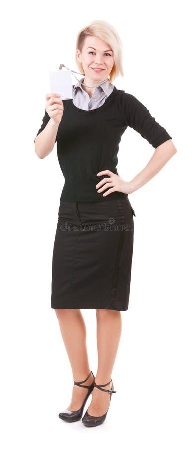 Donna di affari sorridente con il distintivo in bianco di identificazione fotografia stock libera da diritti