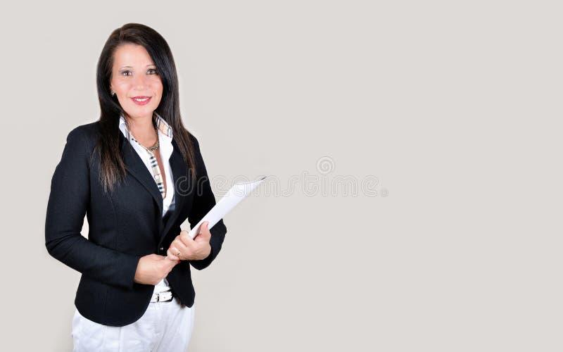 Donna di affari sorridente con l'archivio bianco fotografia stock libera da diritti