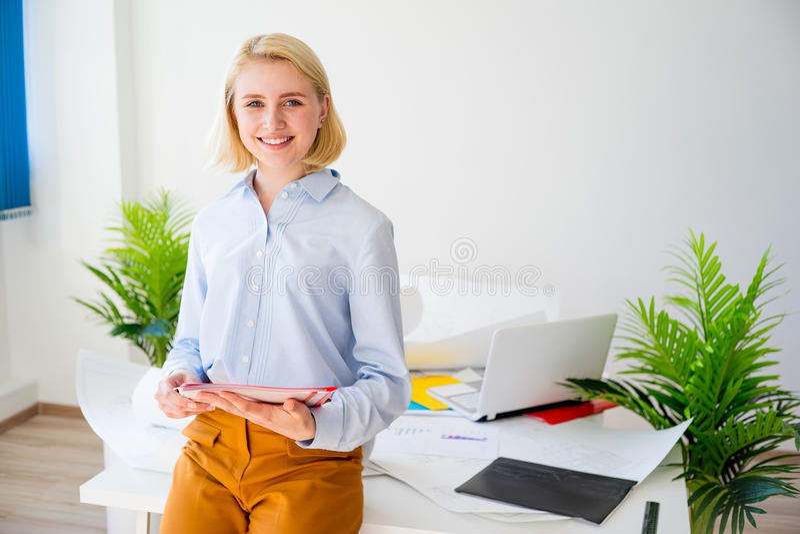 Donna di affari sorridente felice immagini stock libere da diritti
