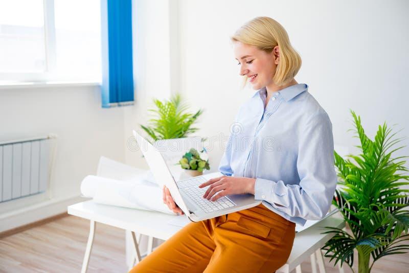 Donna di affari sorridente felice immagine stock libera da diritti
