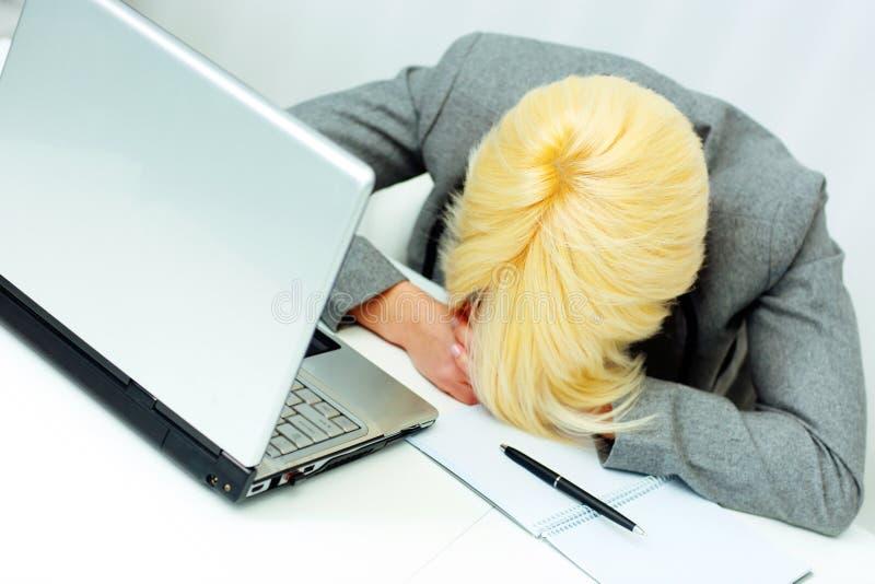 donna di affari stanca che dorme nel suo luogo di lavoro fotografie stock libere da diritti