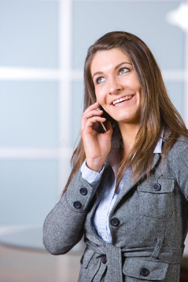 Donna di affari su un telefono delle cellule fotografie stock