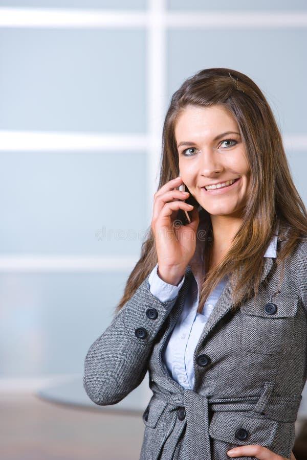 Donna di affari su un telefono delle cellule fotografia stock libera da diritti