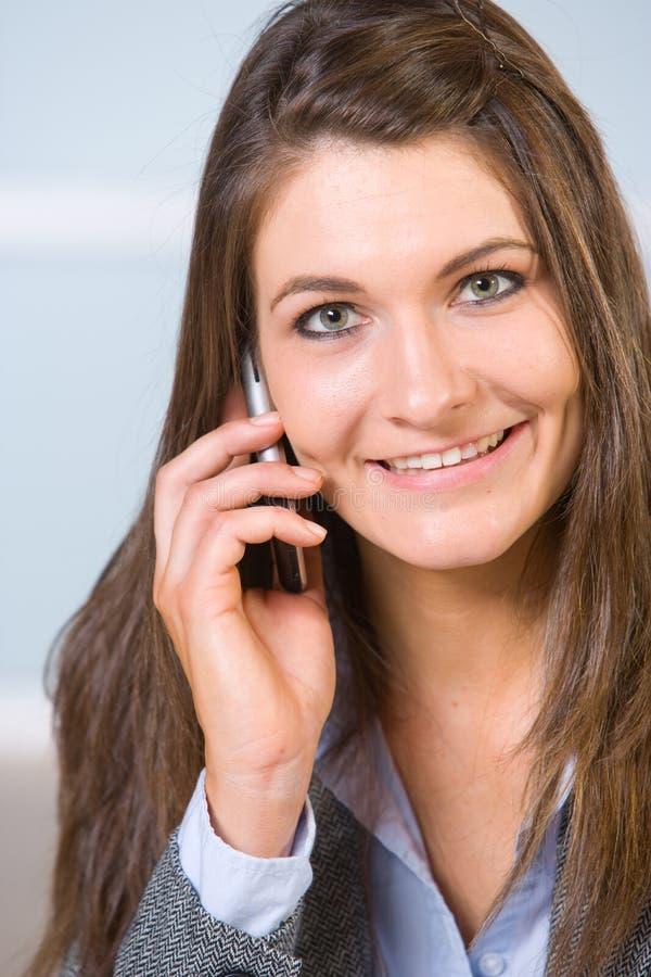 Donna di affari su un telefono delle cellule fotografie stock libere da diritti