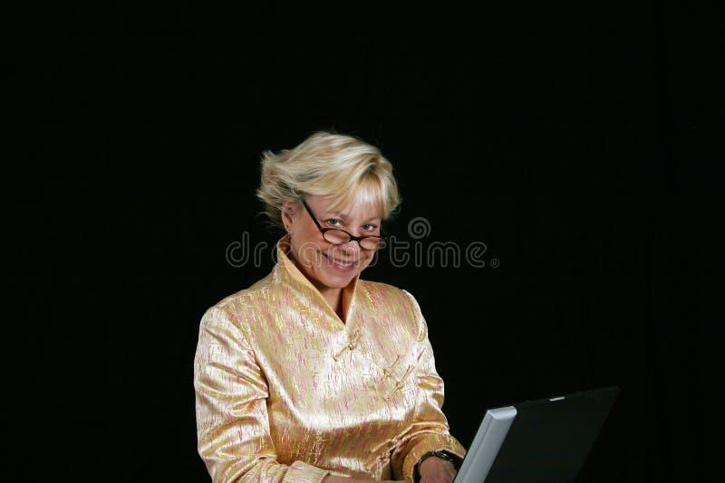 Donna di affari sul calcolatore immagine stock