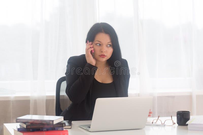 Donna di affari sul telefono fotografie stock