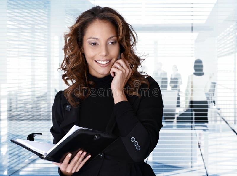 Donna di affari sul telefono all'ufficio fotografie stock