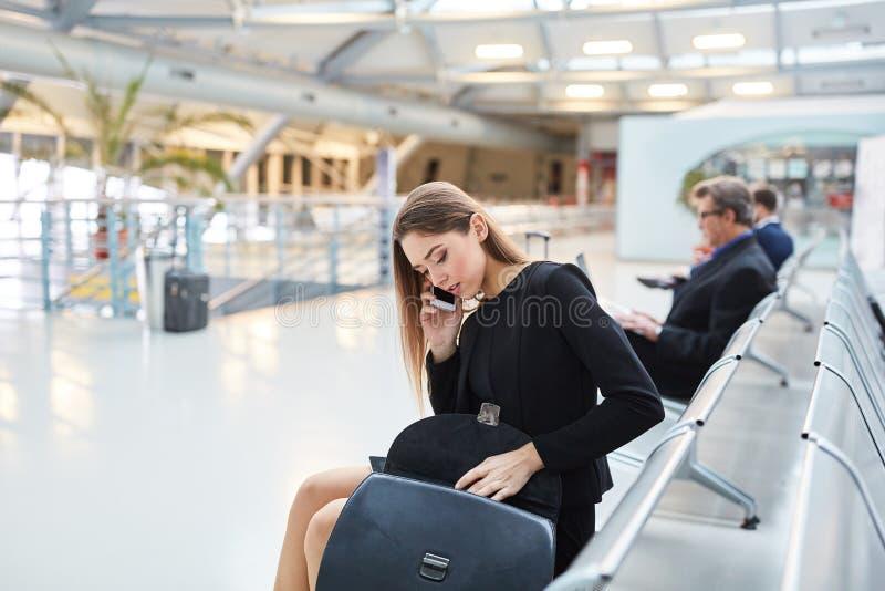 Donna di affari sul telefono di affari sul telefono immagine stock