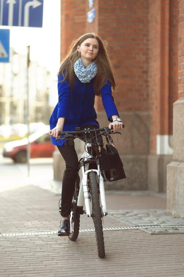 Donna di affari sulla bici immagine stock