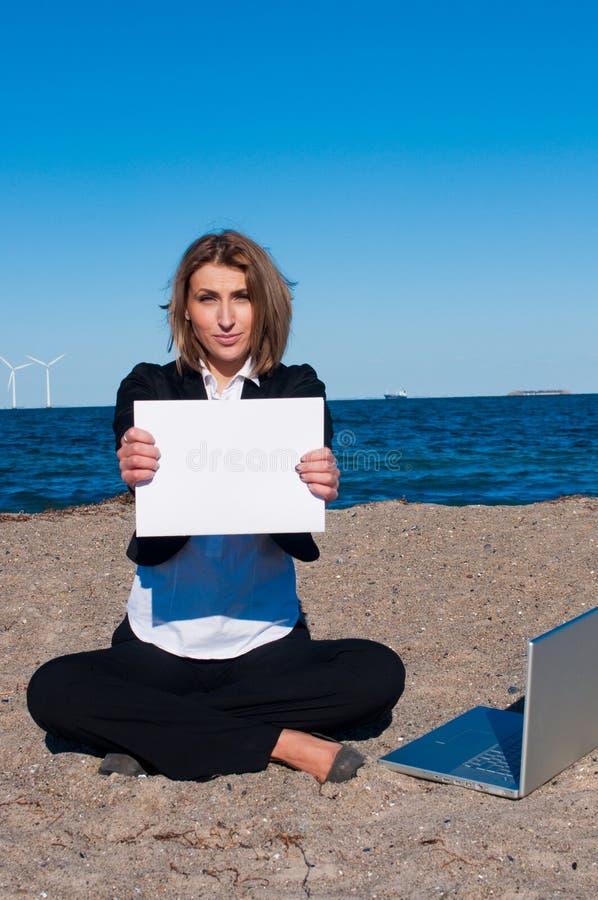 Donna di affari sulla sabbia con il computer portatile, copyspace, immagine stock libera da diritti