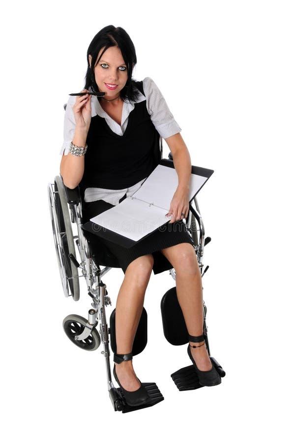 Donna di affari sulla sedia a rotelle fotografie stock libere da diritti