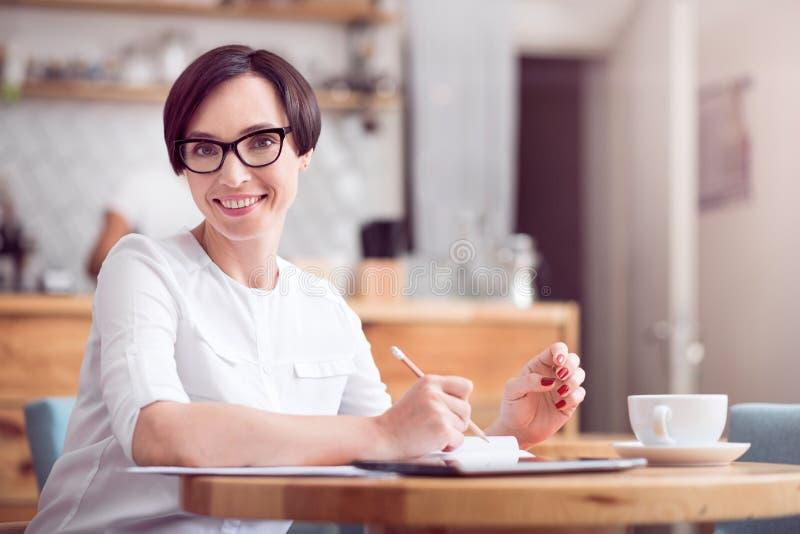 Donna di affari sveglia che lavora da solo immagine stock