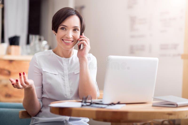 Donna di affari sveglia che lavora in un caffè fotografie stock libere da diritti